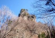 ③造林小屋で休憩。北立岩の大岩峰が見える。