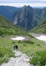 ⑤本谷右俣下降。コル直下。かなり急な細かい岩屑ガレ場。 (斜度は③を参照)