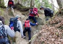 28崩れやすいザレ場の登攀。
