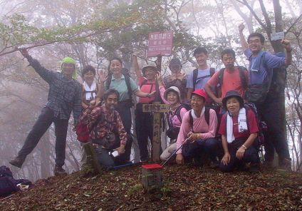 09 桐で幻想的な山頂。