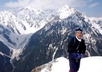 ⑩六百山山頂にて、穂高連峰をバックに大満足。