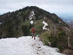 兜岩を過ぎると残雪歩き。