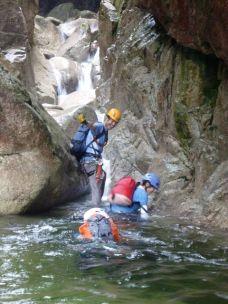 滝を登ります