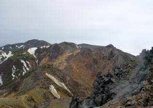 茶臼岳からみた、朝日岳右、三本槍岳左。