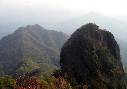 一の岳、、、、遠方に四ッ叉山