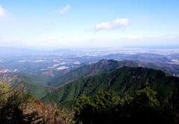 山頂では,すっかり晴れ渡り伊勢湾が見える。