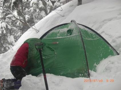 テント入口を除雪し何とか脱出