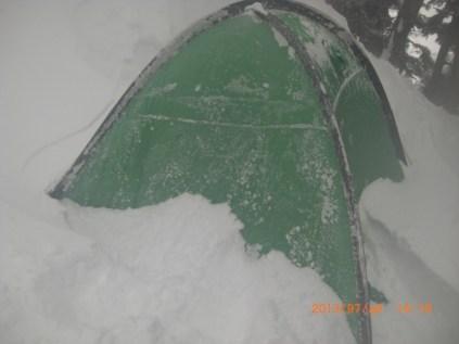 登頂後帰ってきたら テントが。。。