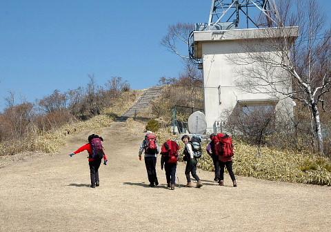 山頂直下のキャンプ場を行く