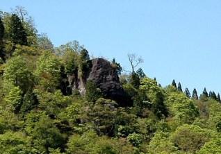 下から見上げた岳美岩。
