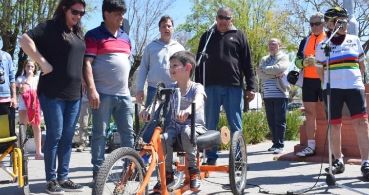 Maciel: un vecino creó una bici adaptada y sorprendió a un niño