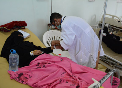 A Yemeni nurse working with the Ministry of Health with a patient in MSF supported cholera treatment center in Al-Sadaqa hospital in Yemen.  Image credit: Malak Shaher, MSF