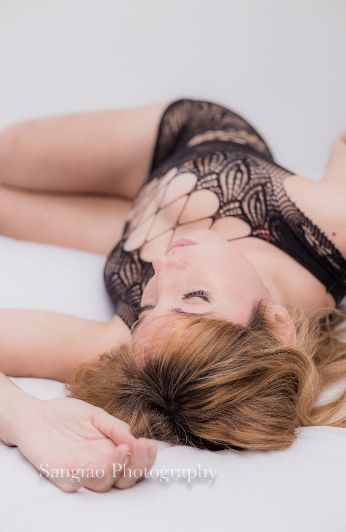 fotografía de mujer en una sesión de boudoir con lencería