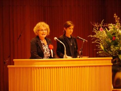 第48回ヘルンをたたえる青少年スピーチコンテストの表彰式で挨拶するアン・バリントン駐日アイルランド大使。右は通訳を務めた松江市国際交流員のバーニース・デンプシーさん。