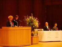 アン・バリントン駐日アイルランド大使のご夫君エド・ミリアーノさんも同席。右は小泉家を代表して出席した小泉凡・当会副会長。
