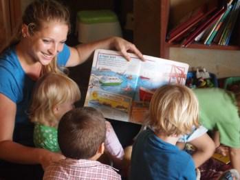 Teacher Manouche reading to Los Bananinos