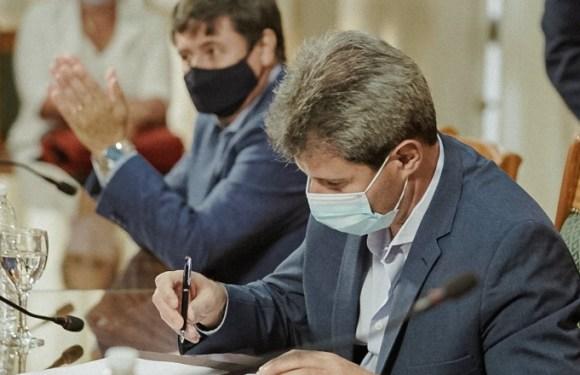 Uñac y Arroyo firmaron convenio en el marco del programa Banco de Maquinarias, Herramientas y Materiales para la Emergencia Social