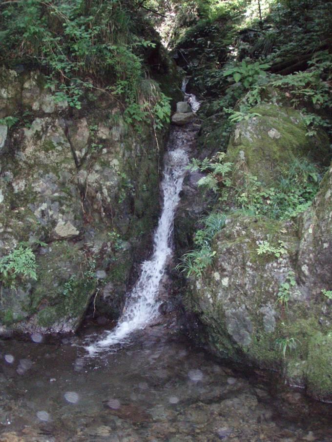 盆堀川から見る棡葉窪の入口は小さく目立ちません。