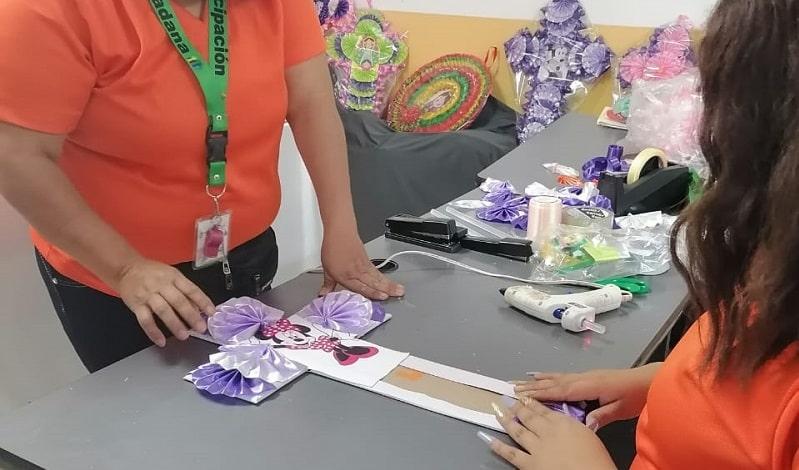 Participación Ciudadana de Soledad, impulsa talleres de elaboración de coronas y cruces de papel