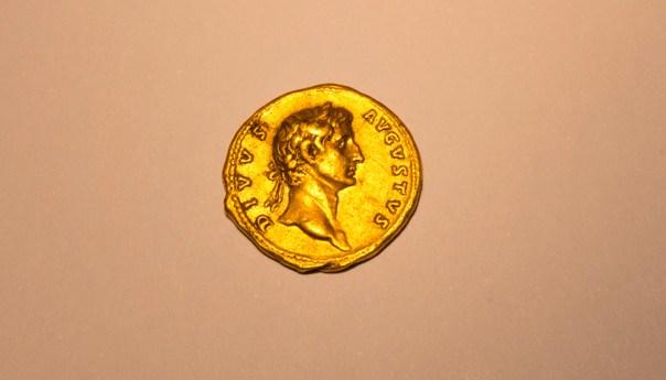 Salió a una caminata y encuentra moneda romana de oro ¡De casi 2 mil años de antigüedad!