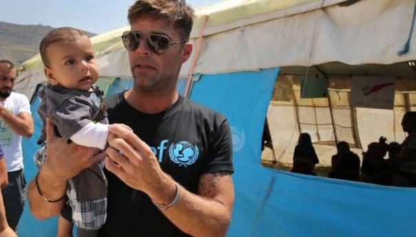 Ricky Martin visita Libano y juega con niños refugiados Sirios