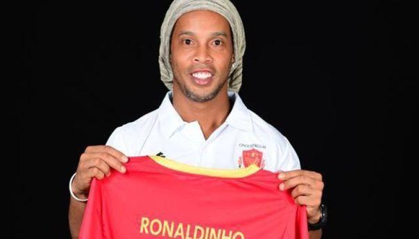 Ronaldinho felicita a Messi tras su gol 500