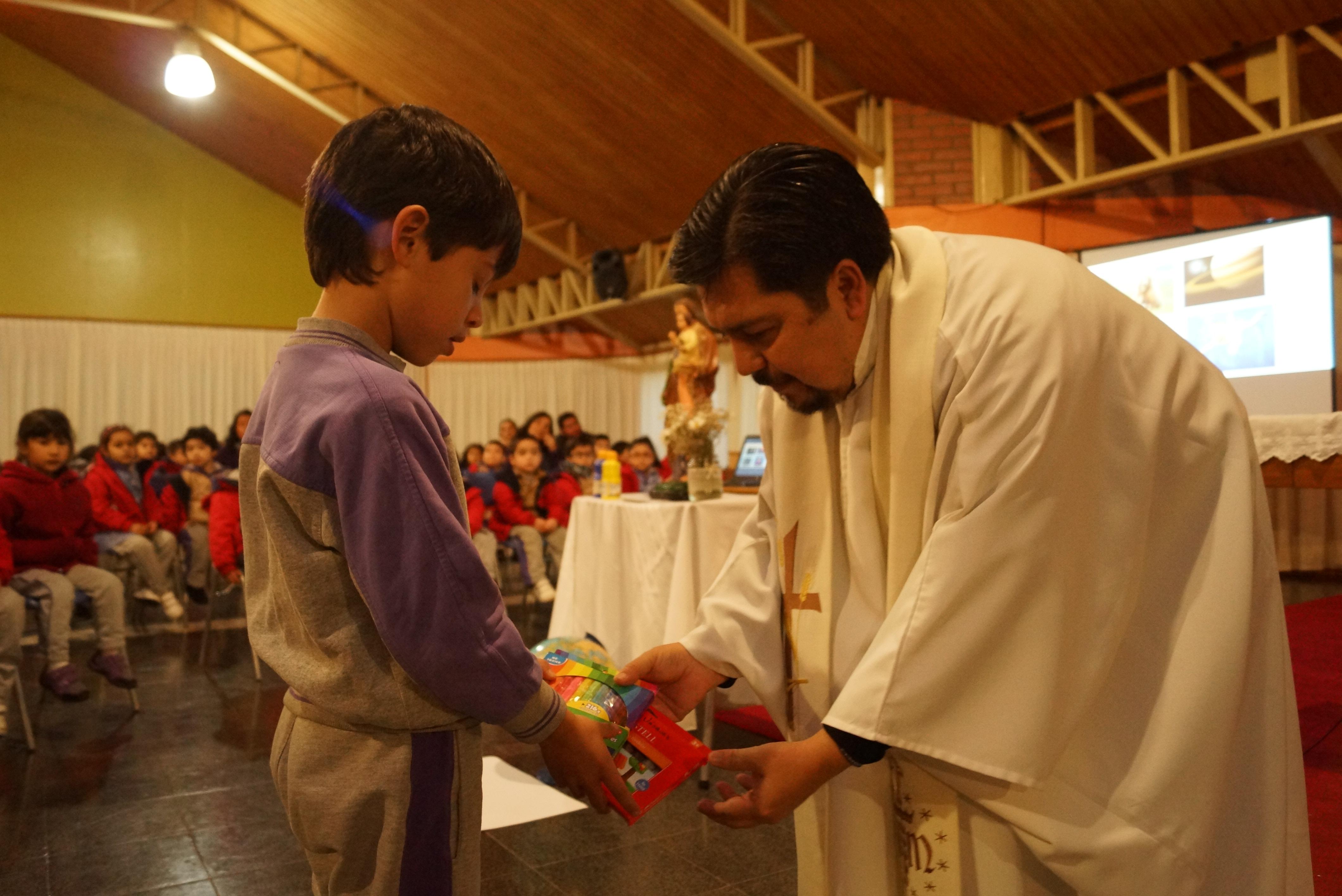 Estudiantes honraron el Día del Trabajador en una liturgia alegre y emotiva