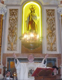 Don Giò benedice i fedeli