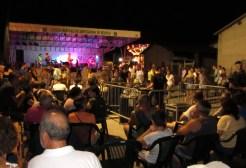 Il pubblico balla e ascolta Lhi Jarris
