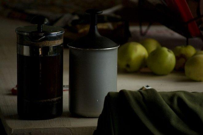 Varm skummad mjölk på kamin och presskaffe från egenmalda bönor.