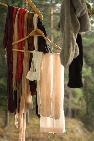 Strumpor och strumbyxor hänger på tork