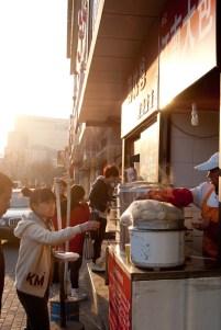 Baozi. Här köper jag alltid tofu fyllning, hon är skicklig nämligen.
