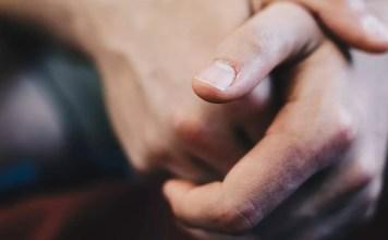 Лунула на нокътя на ръката