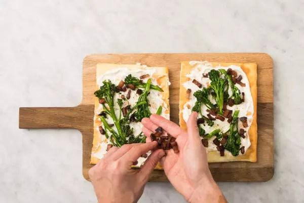 Бяла пица с бекон четвърта стъпка