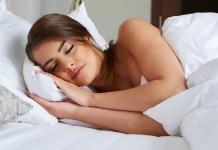 Да спите голи