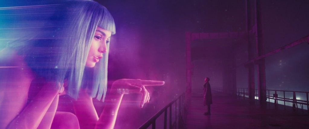 Blade Runner 2049, film de Denis Villeneuve. Photographie scnéographie époustouflante de beauté avec l'actrice Ana de Armas et l'acteur Ryan Gosling. Davantage sur Sansible. #sansible #bladerunner #bladerunner2049 #denisvilleneuve #sciencefiction #heritage #philipkdick #anadearmas #futuriste