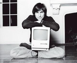 """Ο Στιβ Τζομπς με το """"παιδί"""" του. Ορισμένες από τις εμμονές του ωστόσο, εμπόδισαν τον Mac να αποτελέσει πρότυπο όπως ο IBM-PC."""