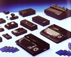 Sony HB-75 και HB-501 με μεγάλο μέρος του σετ περιφερειακών συσκευών της Sony, σε έντυπη διαφήμιση του 1985.
