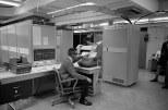 O υπολογιστής GE225 όπου αναπτύχθηκε η BASIC γέμιζε το υπόγειο του κτιρίου Collis Center (τότε College Hall) του Κολεγίου του Ντάρτμουθ