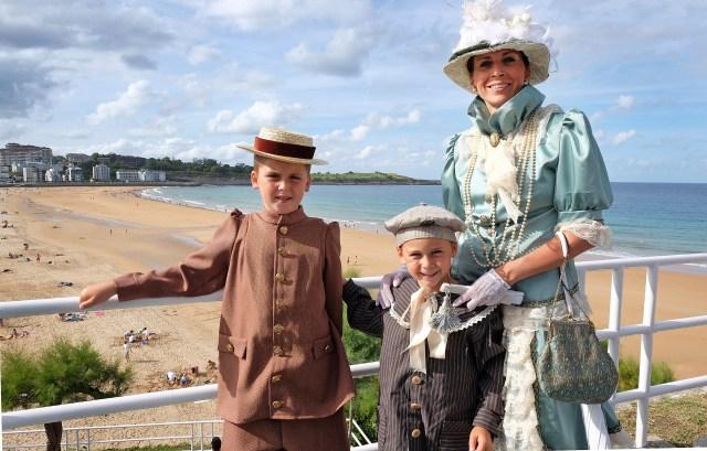 El Sardinero regresa a principios del siglo XX con los trajes de época y las casetas de Baños de Ola