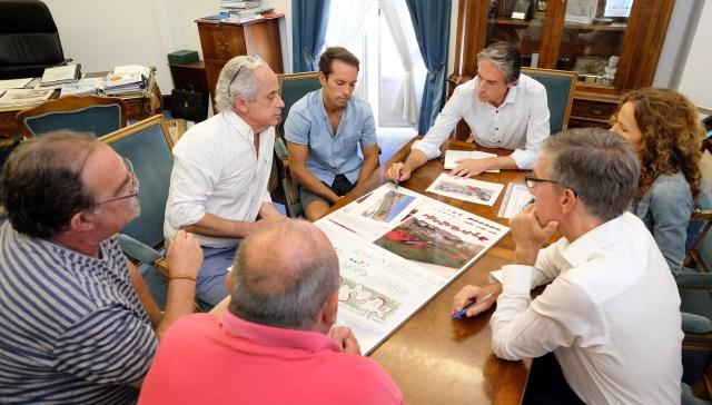 El alcalde presenta a los vecinos el proyecto de microespacio para la calle Río Cubas