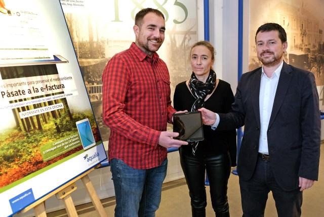 Un usuario santanderino, premiado en la campaña de fomento de la factura electrónica de Aqualia