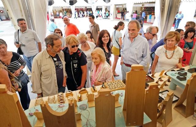 Treinta artesanos de toda España exponen desde hoy sus trabajos en la Plaza Porticada