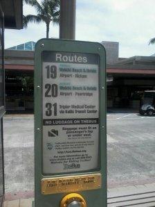 Autobusa pietura pie lidostas. Izsecinam, ka jābrauc uz Waikiki ar nr. 19.
