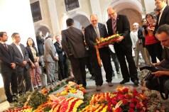 Representants de l'Ajuntament de Sant Feliu portant el ram