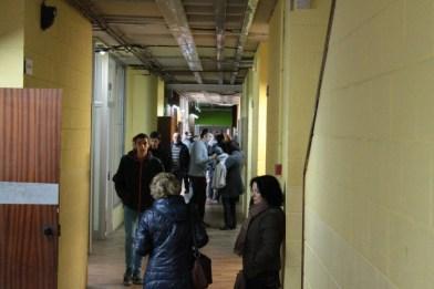 Constant afluència de votants als passadissos de l'Institut Marianao // Maria Roda