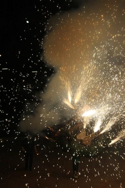 Els dracs van donar voltes a l'amfiteatre de la Muntanyeta llençant foc i petards // Maria Roda