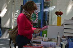 Una lectora, en una parada de libros // Elisenda Colell