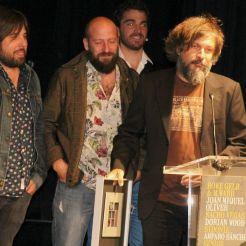 Els integrants de la banda Senior i el Cor Brutal recollint el premi Altaveu 2015 // Elisenda Colell