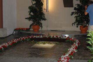 La tomba de Rafael Casanova, preparada per rebre les ofrenes florals // Marc Pidelaserra
